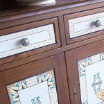 Dekorierte Fliesen in  Küchentüren und Schubläden